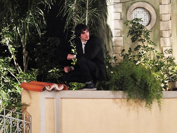 Agenor pula o muro da casa de Belezinha (Foto: Aquele Beijo / TV Globo)