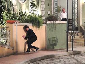 Agenor se esconde de Orlandinho (Foto: Aquele Beijo/TV Globo)