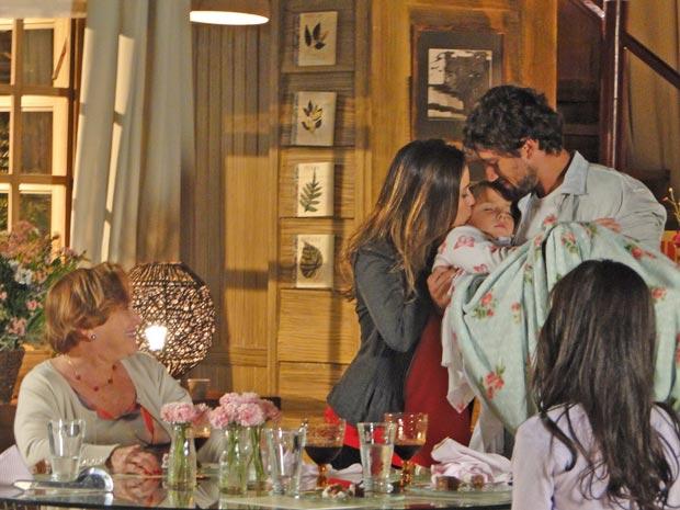 Manu e Iná se emocionam com a cena (Foto: A Vida da Gente / TV Globo)