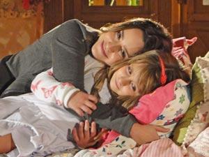 Júlia chama a Ana para experimentar sua cama (Foto: A Vida da Gente / TV Globo)