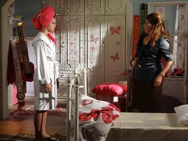 Belezinha admite para a mãe que acordou passando mal (Foto: Aquele Beijo/TV Globo)