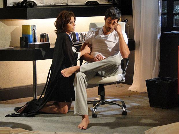 Claudia descobre problemas da Comprare (Foto: Aquele Beijo/TV Globo)