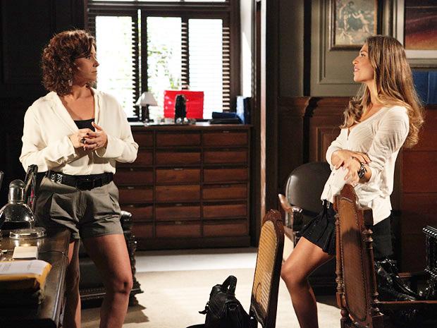 Claudia e Lucena discutem por causa do beijo (Foto: Aquele Beijo / TV Globo)