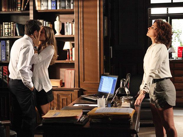 Para marcar território, Lucena dá um beijo em Vicente e Claudia fica sem graça (Foto: Aquele Beijo / TV Globo)