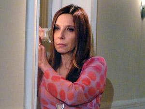 Com ajuda de um copo, Damiana ouve toda a conversa de Felizardo e Agenor (Foto: Aquele Beijo/TV Globo)
