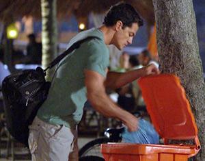 Ferdinand pega o que sobrou do vestido de Tereza Cristina (Foto: Fina Estampa/ TV Globo)