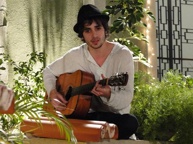 Fiuk compõe música para Belezinha (Foto: Aquele Beijo/TV Globo)