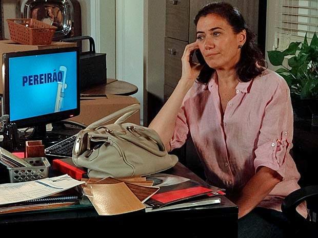 Griselda fala ao telefone com René (Foto: Fina Estampa/ TV Globo)
