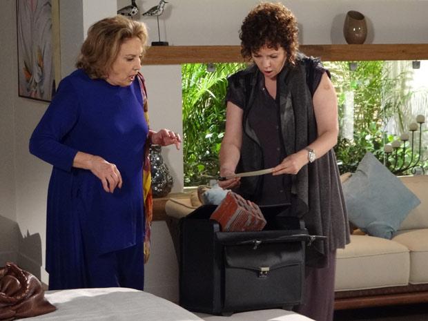 "Íris e Alice só encontram tijolos e o recado: ""Ladras!"" (Foto: Fina Estampa/TV Globo)"