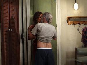 Tereza e Pereirinha se atracam no quarto (Foto: Fina Estampa / TV Globo)
