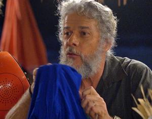 O pescador mostra o vestido a Álvaro (Foto: Fina Estampa/ TV Globo)