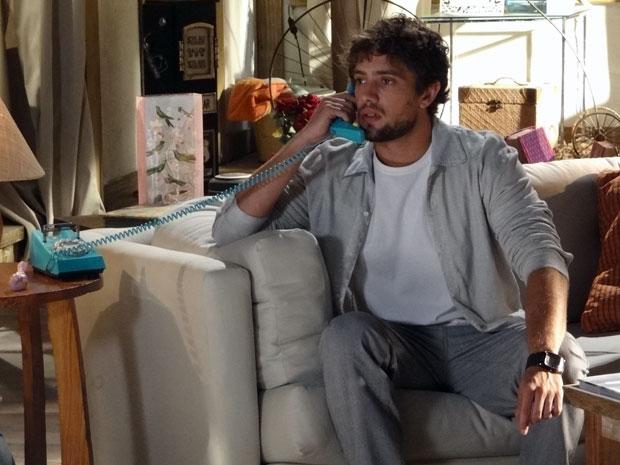Rodrigo ajuda Ana, por telefone, a comprar presente para Júlia (Foto: A Vida da Gente - Tv Globo)