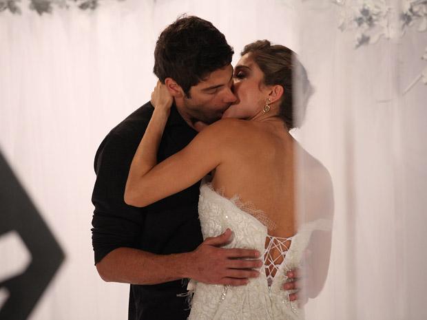 Rubinho beija Lucena depois de sessão de fotos para Comprare (Foto: Aquele Beijo/TV Globo)
