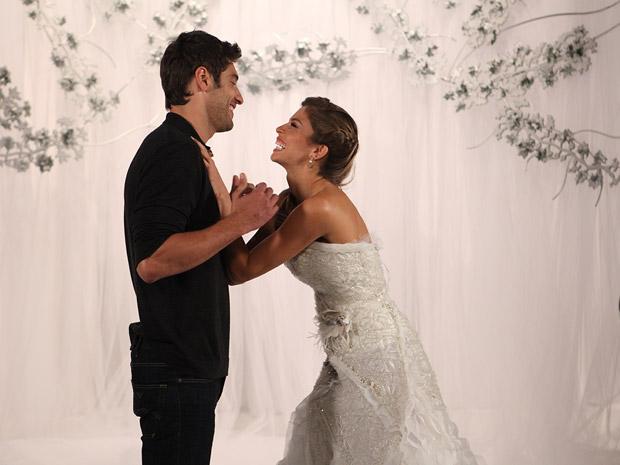 Lucena joga charme para Rubinho (Foto: Aquele Beijo/TV Globo)