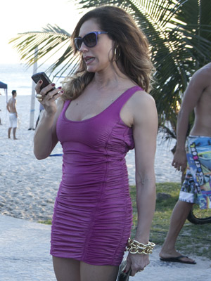 A socialite anda pela rua com o vestido justíssimo (Foto: Fina Estampa/TV Globo)