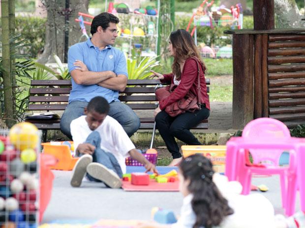 Lúcio aproveita visita de Ana e a chama para sair (Foto: A Vida da Gente - Tv Globo)