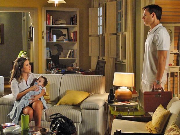 Camila tenta conversar com Ricardo (Foto: Aquele Beijo/TV Globo)