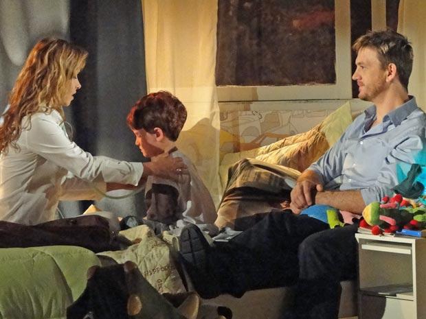 Celina se encanta com o cuidade de Artur com o filho (Foto: A Vida da Gente / TV Globo)