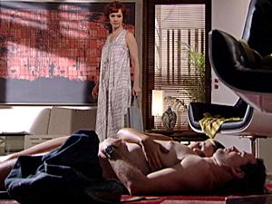 Esther fica chocada ver seu ex-marido com a jovem (Foto: Fina Estampa/ TV Globo)