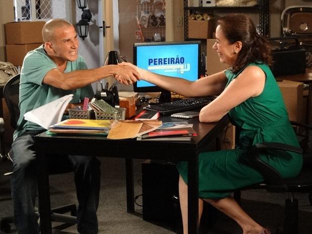 Griselda e Gigante fecham acordo (Foto: Fina Estampa/TV Globo)