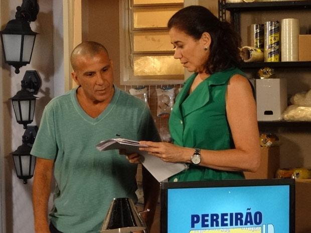 Gigante analisa a papelada da loja da Pereirão (Foto: Fina Estampa/TV Globo)