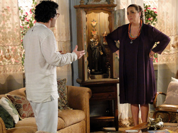 Iara e Joselito discutem (Foto: Aquele Beijo/TV Globo)