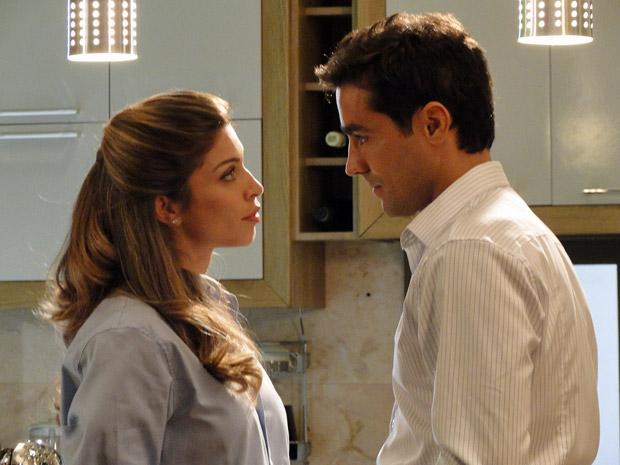 Lucena quer ter certeza que Vicente quer se casar com ela (Foto: Aquele Beijo/TV Globo)