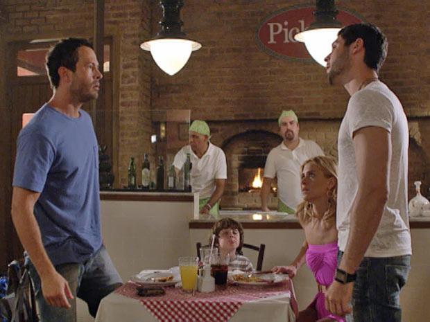 Wallace interrompe jantar de Quinzé, Teodora e Quinzinho  (Foto: Fina Estampa/ TV Globo)