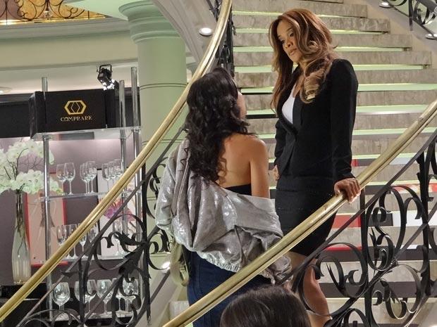 Raíssa encara a gerente linha dura (Foto: Aquele Beijo/TV Globo)