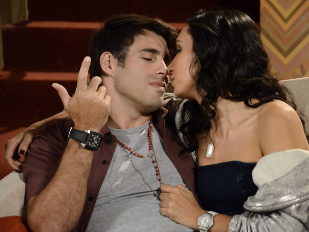 Sebastião e Raíssa fazem de tudo para seduzirem um ao outro (Foto: Aquele Beijo/TV Globo)