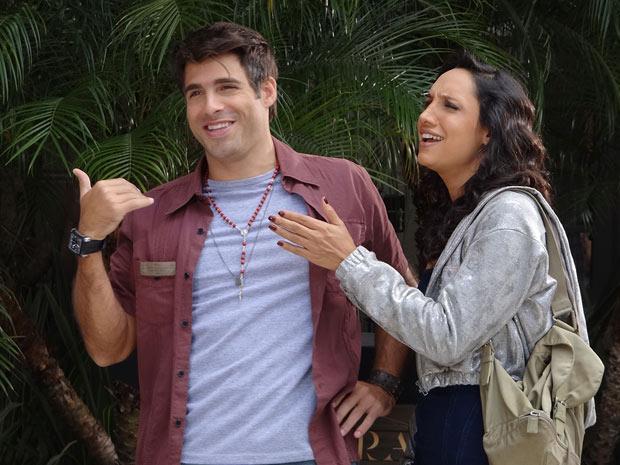 Sebastião e Raíssa rindo à toa, com o bolso recheado (Foto: Aquele Beijo/TV Globo)
