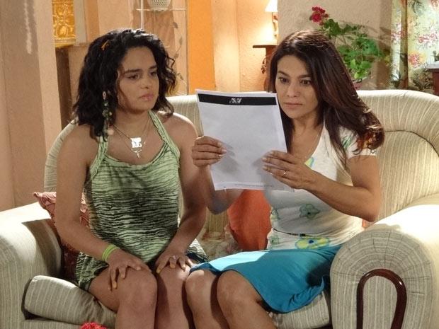 Celeste e Solange leêm o contrato com mais calma (Foto: Fina Estampa/TV Globo)
