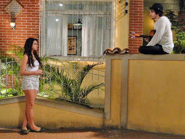 Agenor faz serenta para Belezinha, que fica balançada (Foto: Aquele Beijo/TV Globo)
