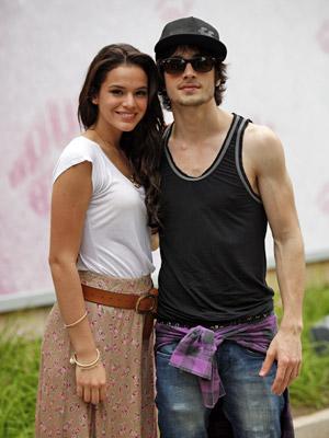 Fiuk e Bruna Marquezine posam diante do estúdio (Foto: Aquele Beijo/TV Globo)