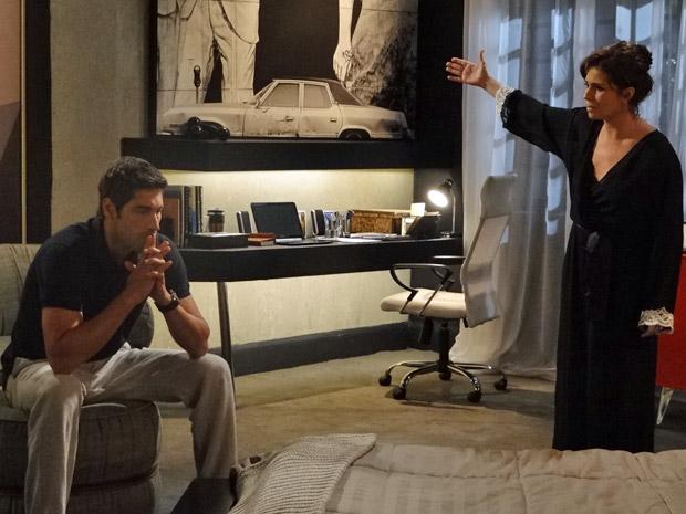 Claudia e Rubinho discutem (Foto: Aquele Beijo/TV Globo)