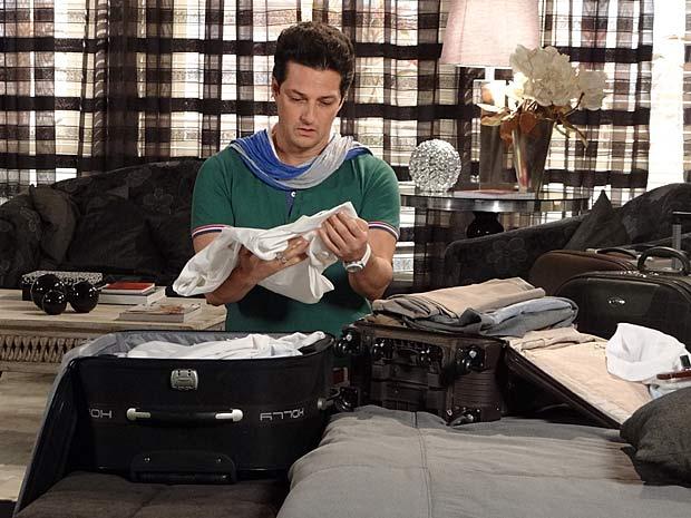 Arrasado, Crô arruma as roupas de René em malas (Foto: Fina Estampa / TV Globo)