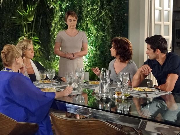 Maruschka, Mirta, Rubinho e Claudia jantam.  (Foto: Aquele Beijo/TV Globo)