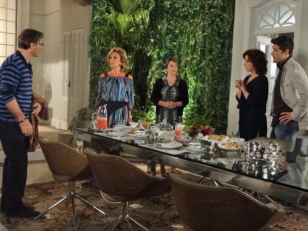 Maruschka, Rubinho, Claudia, Regina e Alberto discutem (Foto: Aquele Beijo/TV Globo)