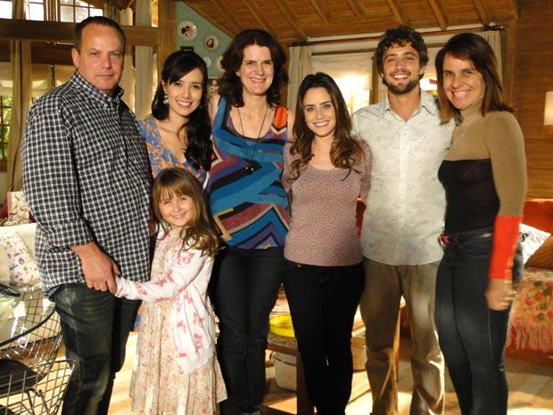 Autora registra momento com diretores e elenco (Foto: A Vida da Gente/TV Globo)