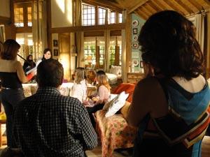 A autora acompanha a gravação de uma cena (Foto: A Vida da Gente/TV Globo)