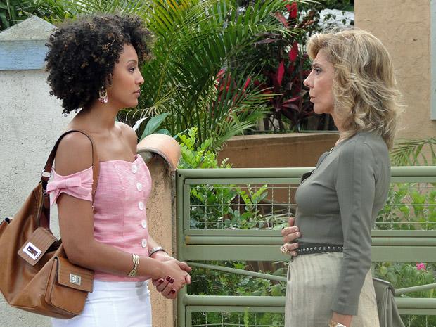 Maruschka avisa a Sarita que vai destruí-la (Foto: Aquele Beijo/TV Globo)