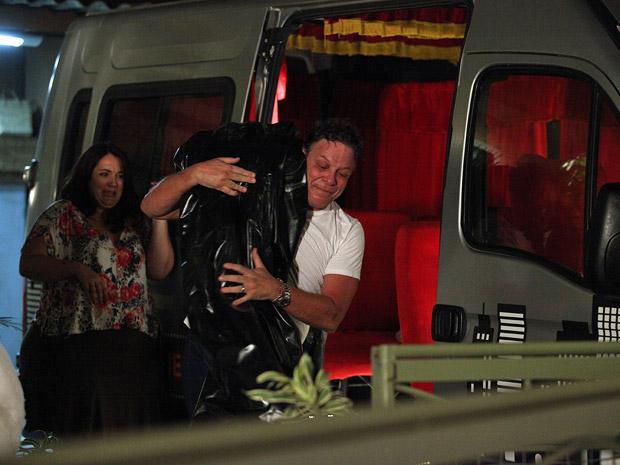 Olavo engana Marieta e carrega Brites fingindo que é uma encomenda da mãe Iara (Foto: Aquele Beijo/TV Globo)