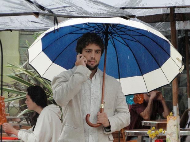 Rodrigo liga para Manu e diz que terá um compromisso profissional (Foto: A Vida da Gente/TV Globo)