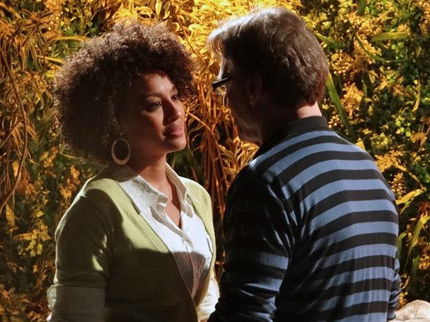 Sarita promete ficar ao lado de Alberto (Foto: Aquele Beijo/TV Globo)