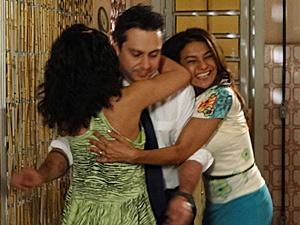 Antes de descobrir a verdade, Solange e Celeste abraçam Baltazar (Foto: Fina Estampa/ TV Globo)