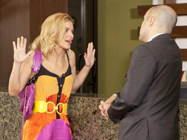 Teodora garante ao gerente que não o decepcionará (Foto: Fina Estampa/TV Globo)