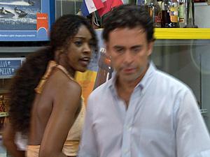 Dagmar se irrita com Albertinho (Foto: Fina Estampa/ TV Globo)