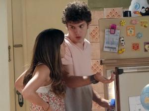 Cristal reclama que Gabriel não contou que havia encontrado Alexia (Foto: Malhação / TV Globo)