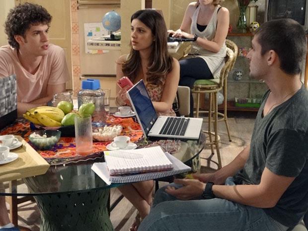 Gabriel e Tomás se estranham em reunião sobre o 'Tudo Conectado' cristal (Foto: Malhação / TV Globo)