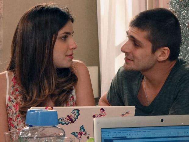 Tomás abusa da paciência de Gabriel e não tira os olhos de Cristal (Foto: Malhação / TV Globo)